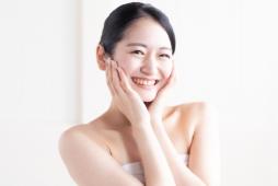肌をねぎらう女性のイメージ画像